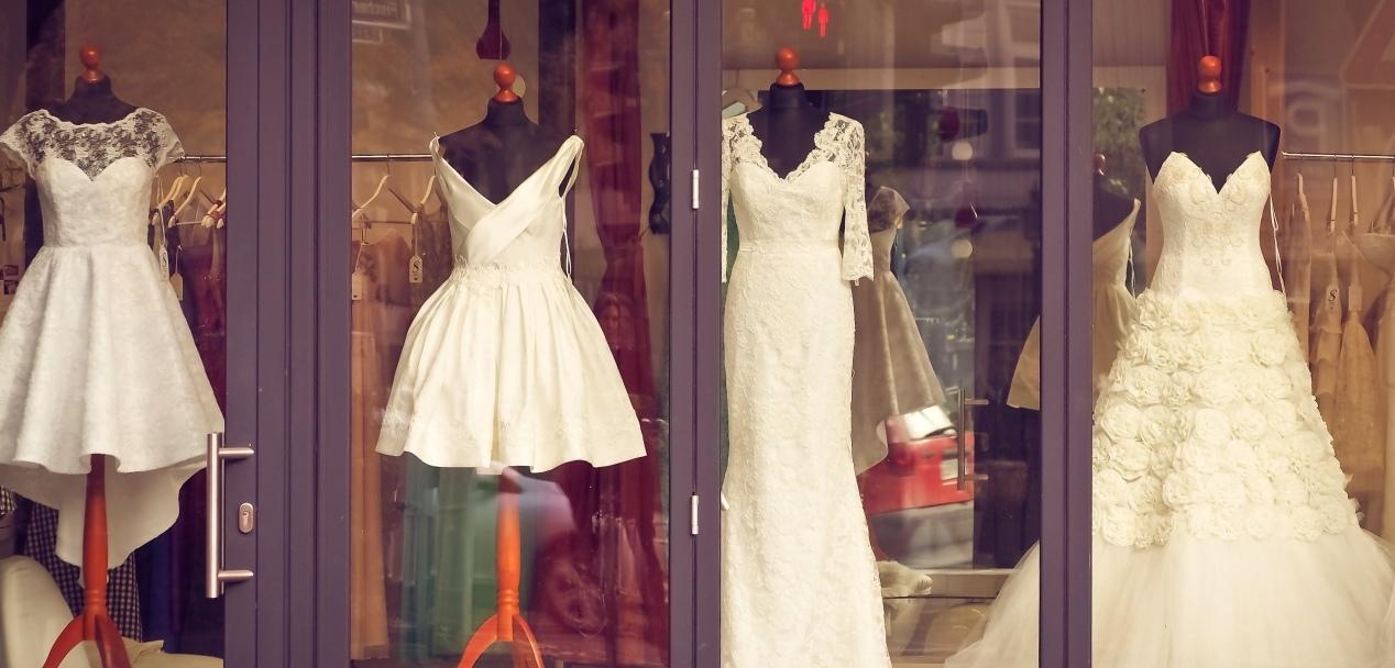 I. Začalo to mezi svatebními šaty